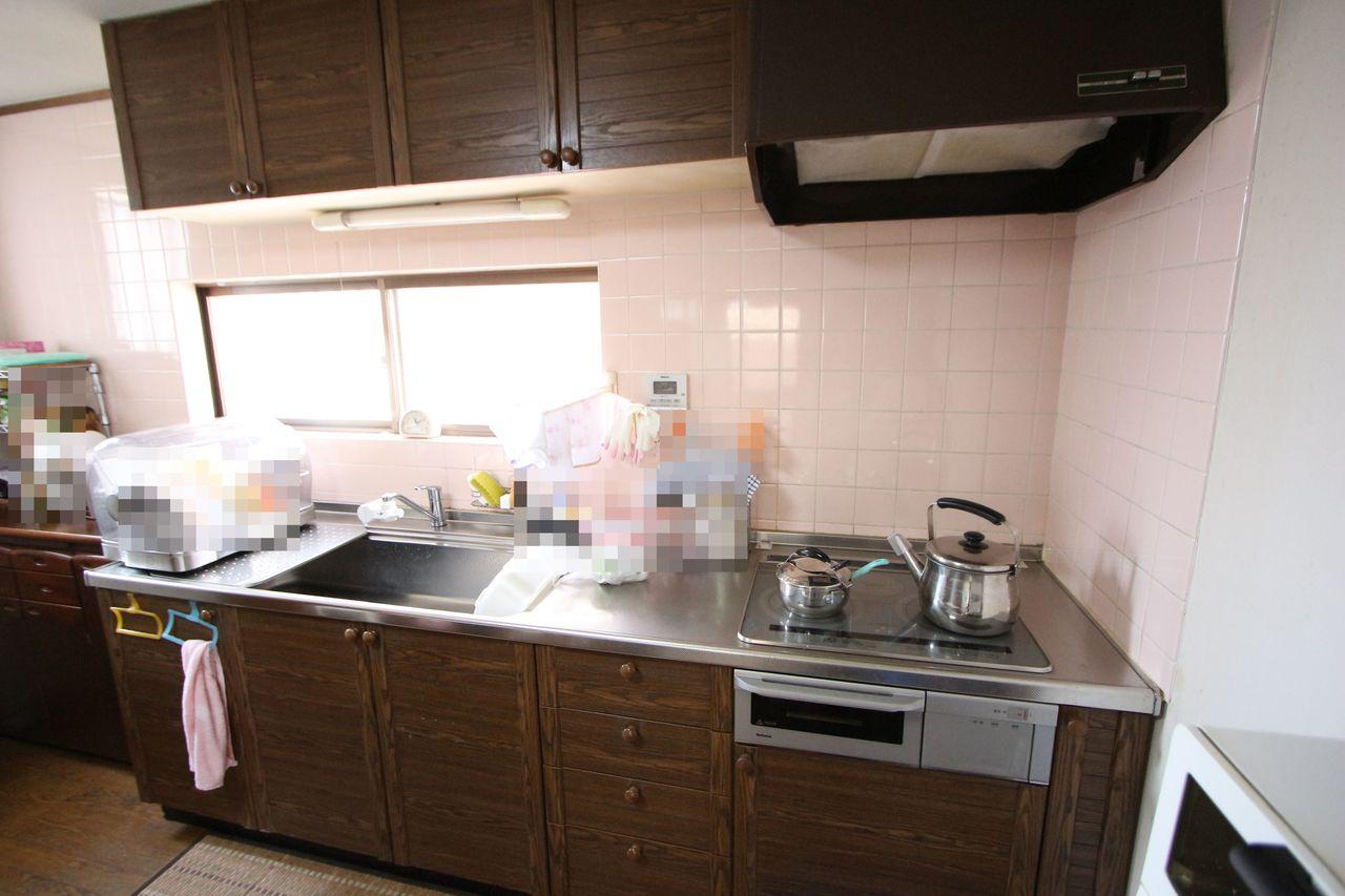 お子様やお年寄りでも安心なIHクッキングヒーターを採用しました。 ご家族並んで調理ができる大きなシステムキッチン♪ 吊戸棚もありますので沢山の調理器具もスッキリ整理できます。