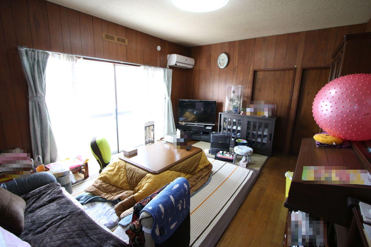 10帖洋室は大きな窓から光がたっぷり入ります。 ご家族の憩いの場にぴったりですね。