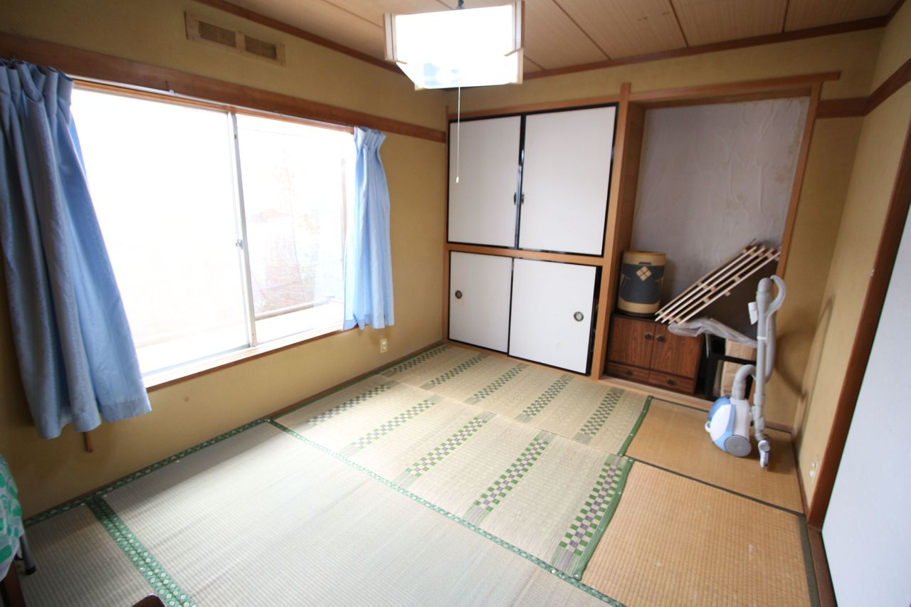 【1階6帖和室】 大きな窓から日差しがたっぷり入ります。