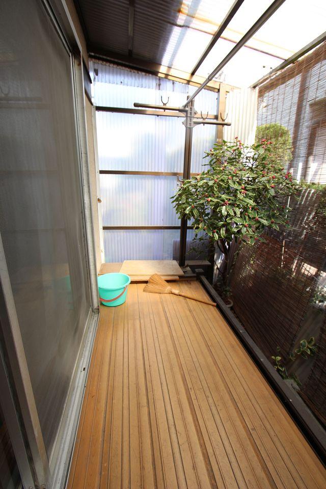 和室前に屋根付きの物干しスペースがございます。 雨がふってもお洗濯物を濡らす心配はございません。