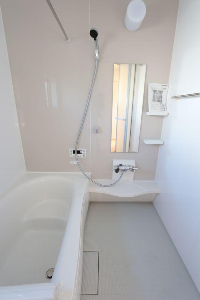 浴室乾燥機付きで雨の日のお洗濯も安心です。 キッチンから、お湯はりや追い焚きの操作ができる 便利なオートバスです (同仕様)