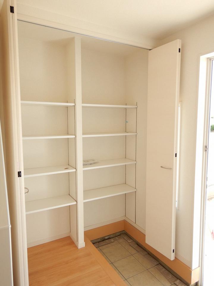 玄関周りがすっきり片付く収納付き♪施工事例。実際のものと異なります