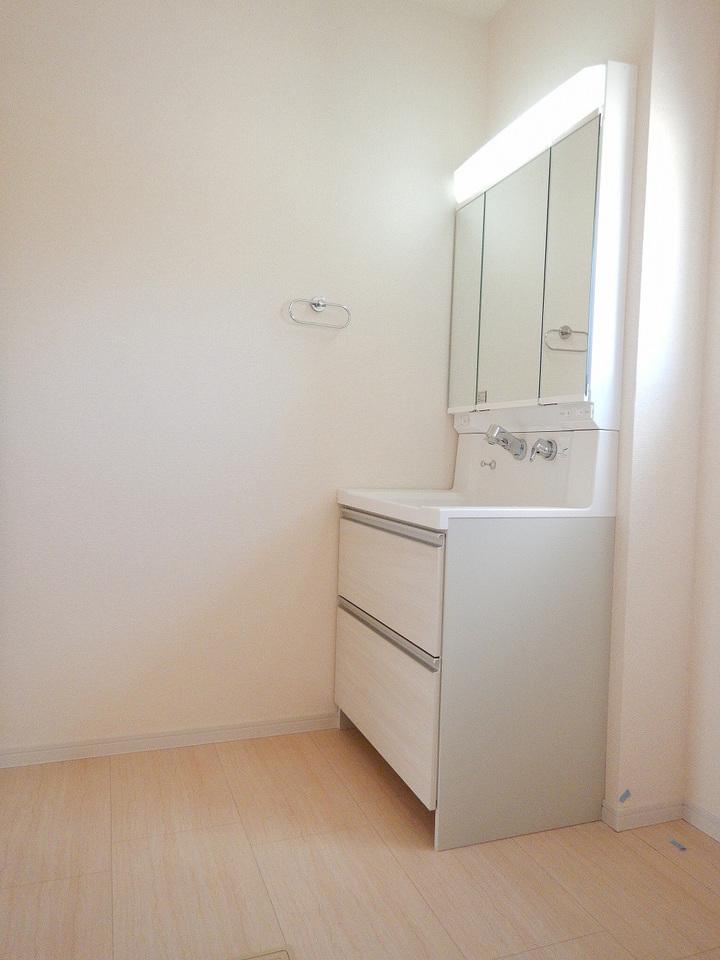 シャワー付洗面化粧台☆洗髪や手洗い洗濯に加え、洗面台のお掃除もしやすくとても便利です♪施工事例。実際のものと異なります。