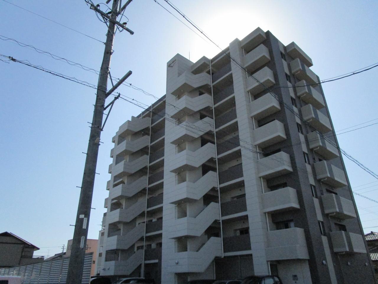 平成26年8月築のマンションです。共用部分も非常に綺麗です。マンション南側からの撮影です。