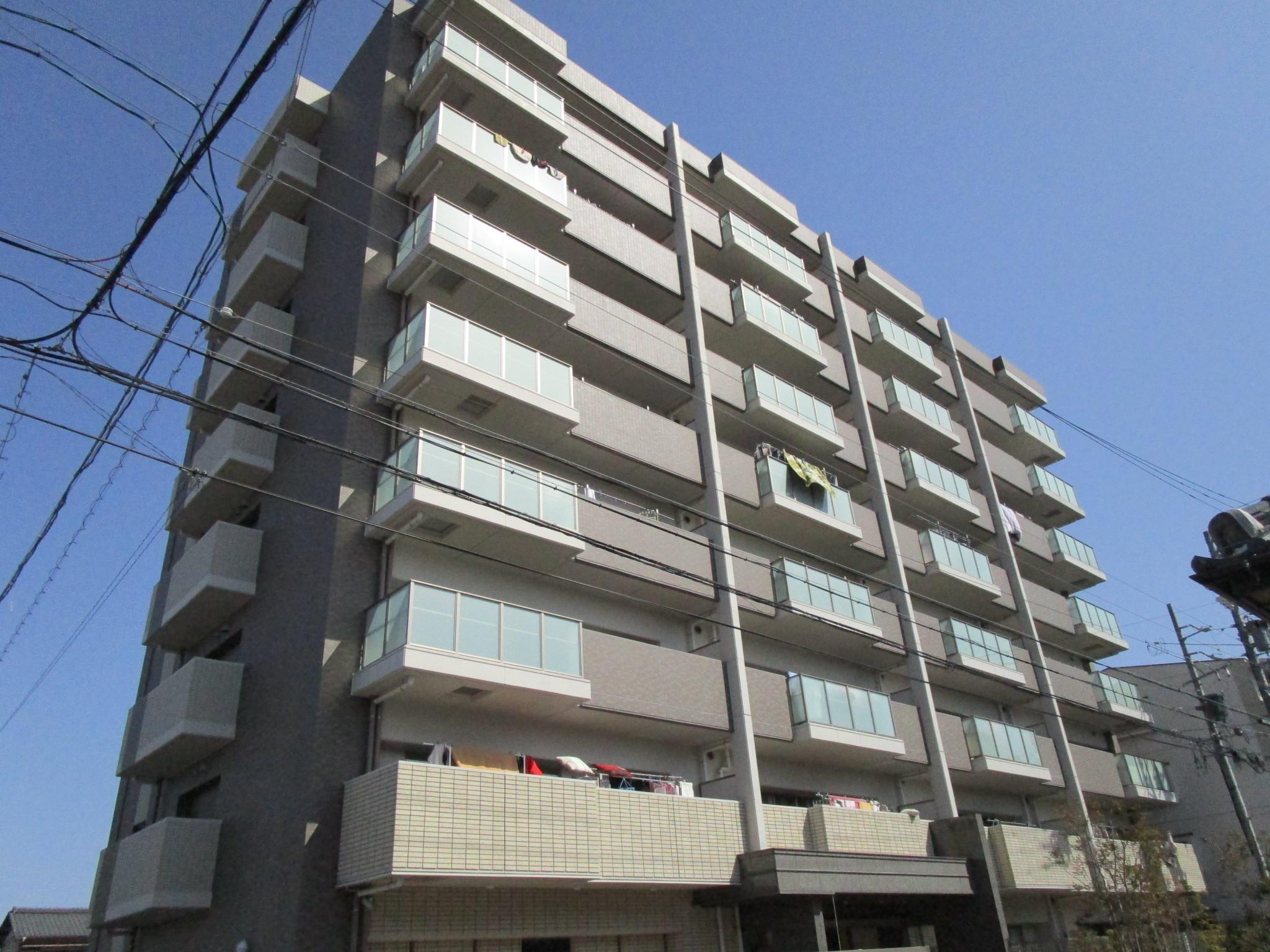 【外観写真】 平成26年8月築のマンションです。共用部分も非常に綺麗です。マンション南側からの撮影です。