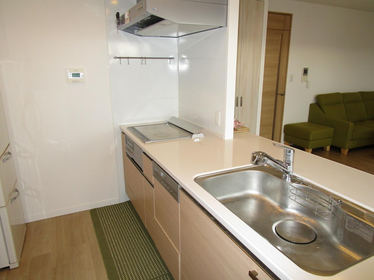 IHクッキングヒーターです。食洗機もついてます。換気扇は掃除し易い構造になってます。