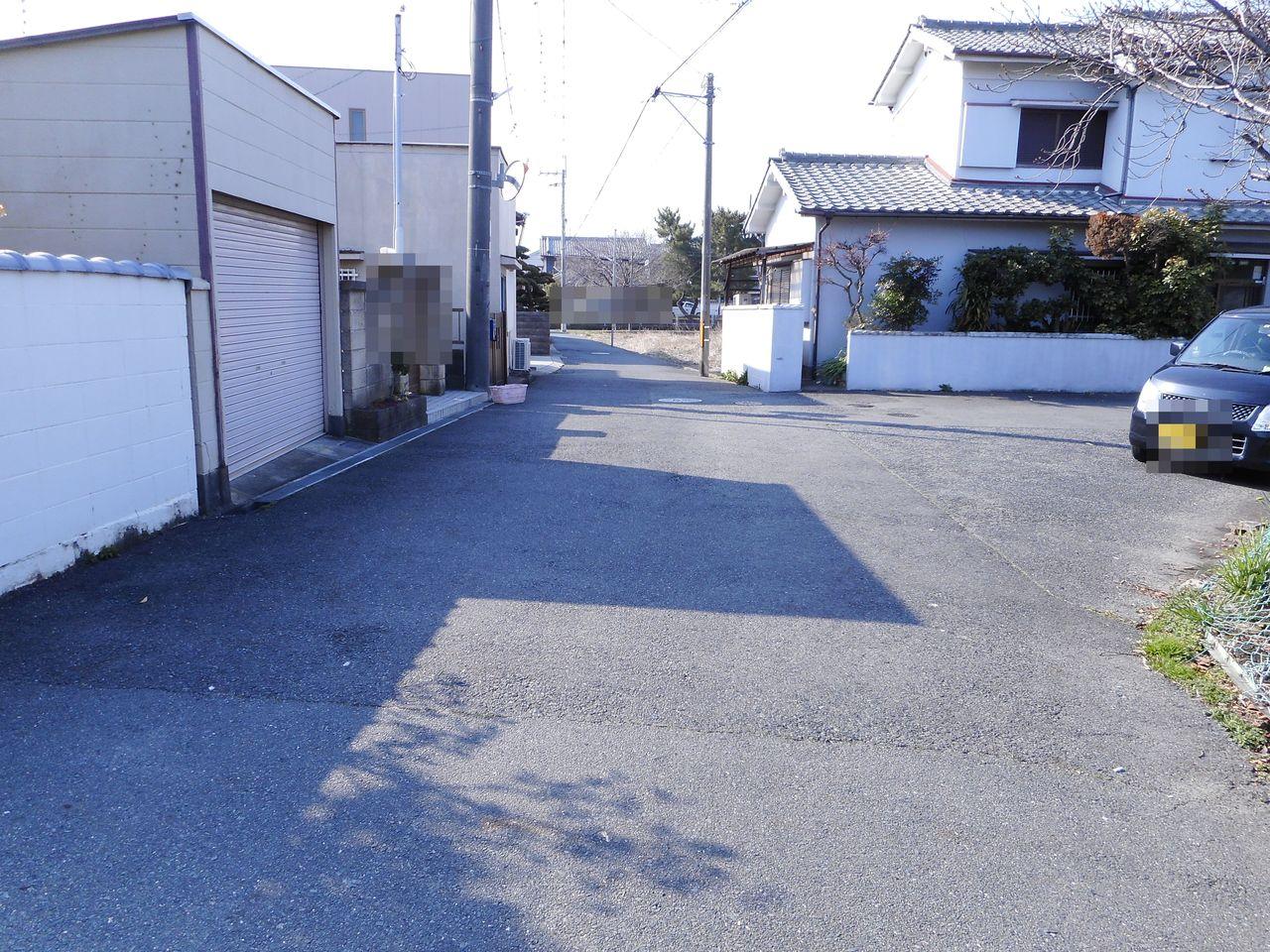 前面道路は約5.3m幅。 車通りは少ないので大変静かなです。 (2018年3月中旬撮影)