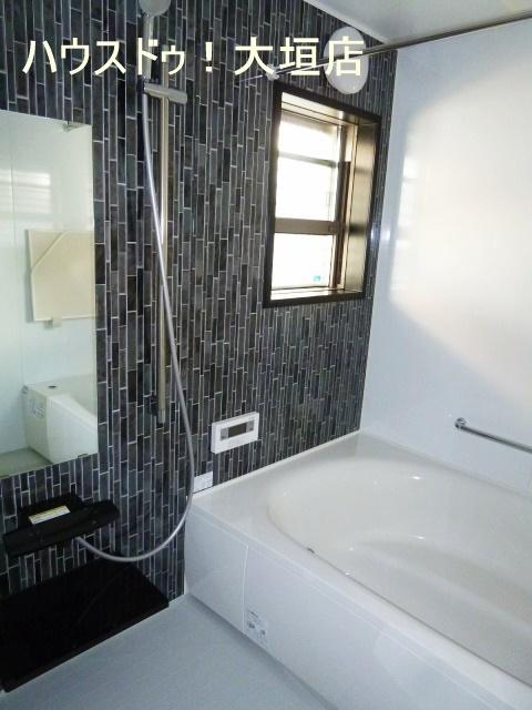 シックな浴室は乾燥機付き!! 雨の日のお洗濯物にも重宝します。