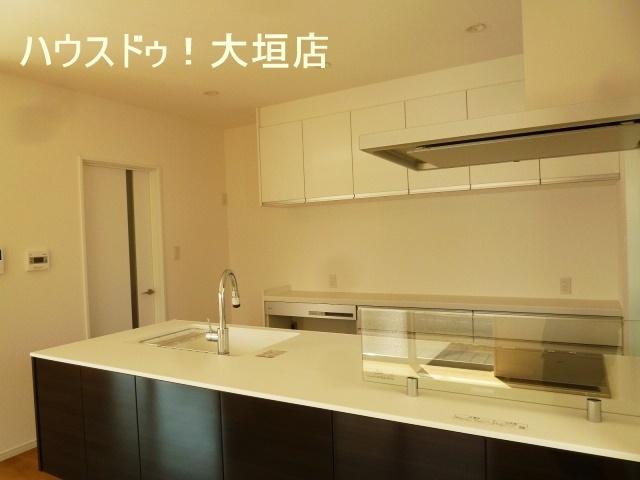 キッチン裏が洗面スペースなので、家事動線抜群です。