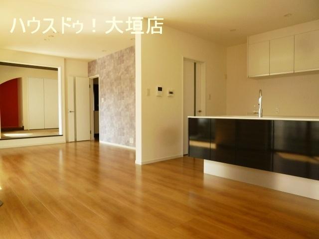 リビングに併設された和室は約4.5帖。 お子様の遊び場や家事スペースとしていかがですか。