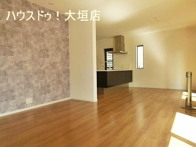 20帖のゆとりの空間。1階はリビングを中心とした間取りで家族の笑顔も育めます。