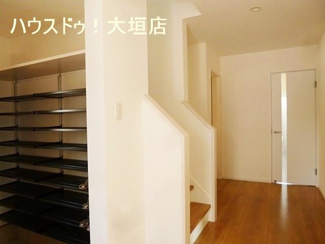 大型の玄関収納。コートからお子様の遊び道具など大きな物まで収納可能です。