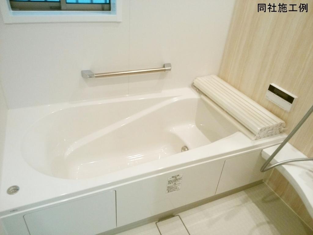 ベンチ付き浴槽は全身浴だけでなく、半身浴も気軽に楽しめます。また、ベンチ部分が満水量を削減し節約にも効果を発揮します。
