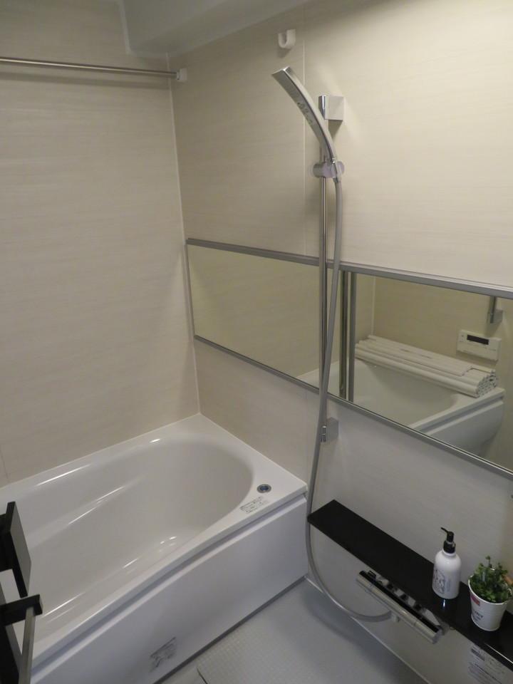 ◇ユニットバス 水はけの良い床でお手入れも楽々です。浴室暖房乾燥機付でお洗濯が乾きにくい梅雨の時期も安心です。