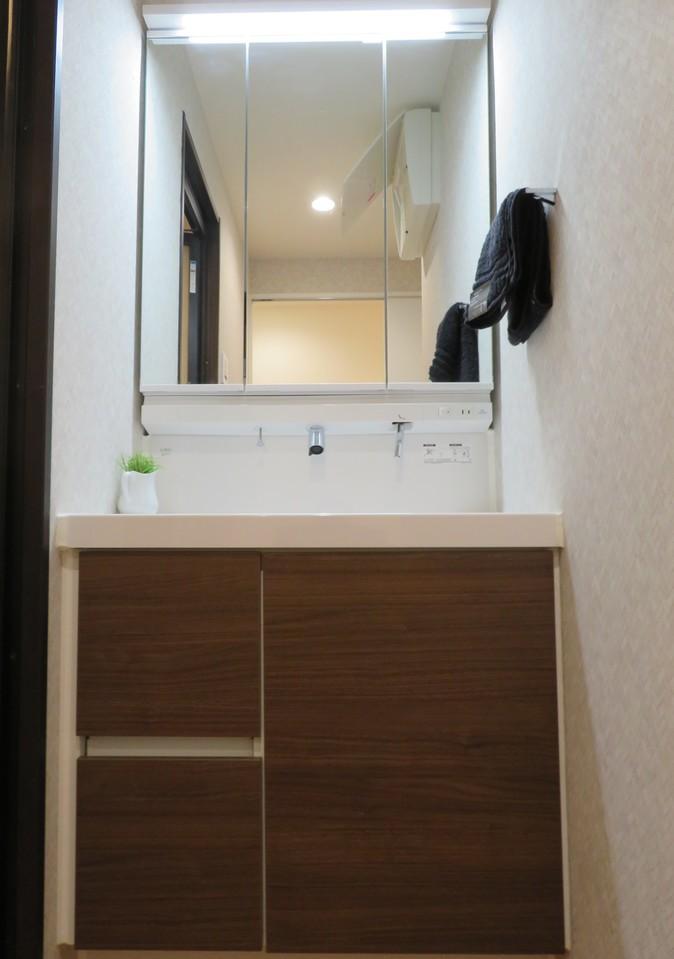 ◇洗面台 三面鏡化粧台に新規交換済み 上部蛇口で蛇口周りのに貯まりやすい水垢を押さえる事ができます。