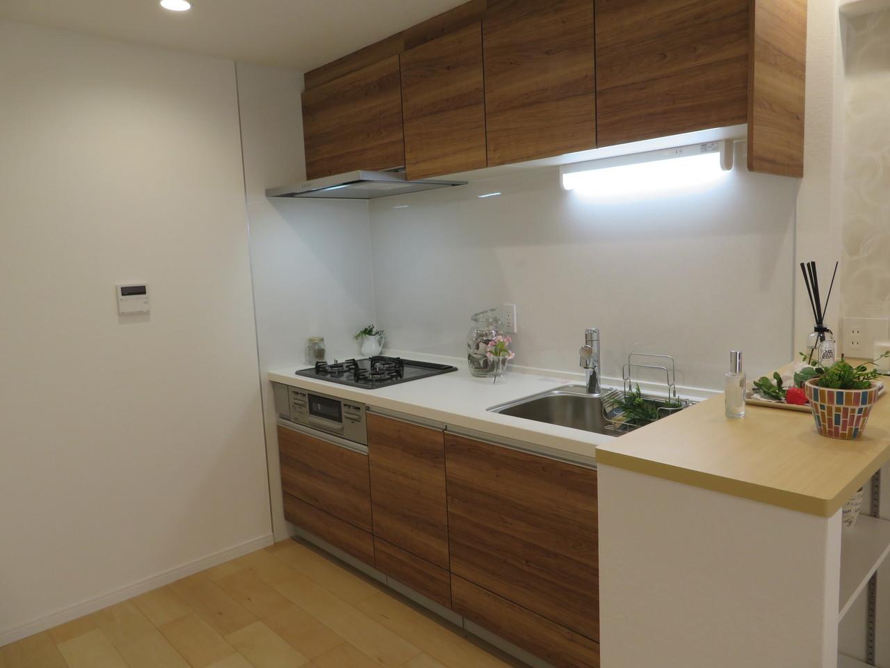 ◇システムキッチン 壁側に面したキッチンでリビングを広くお使いいただけます。