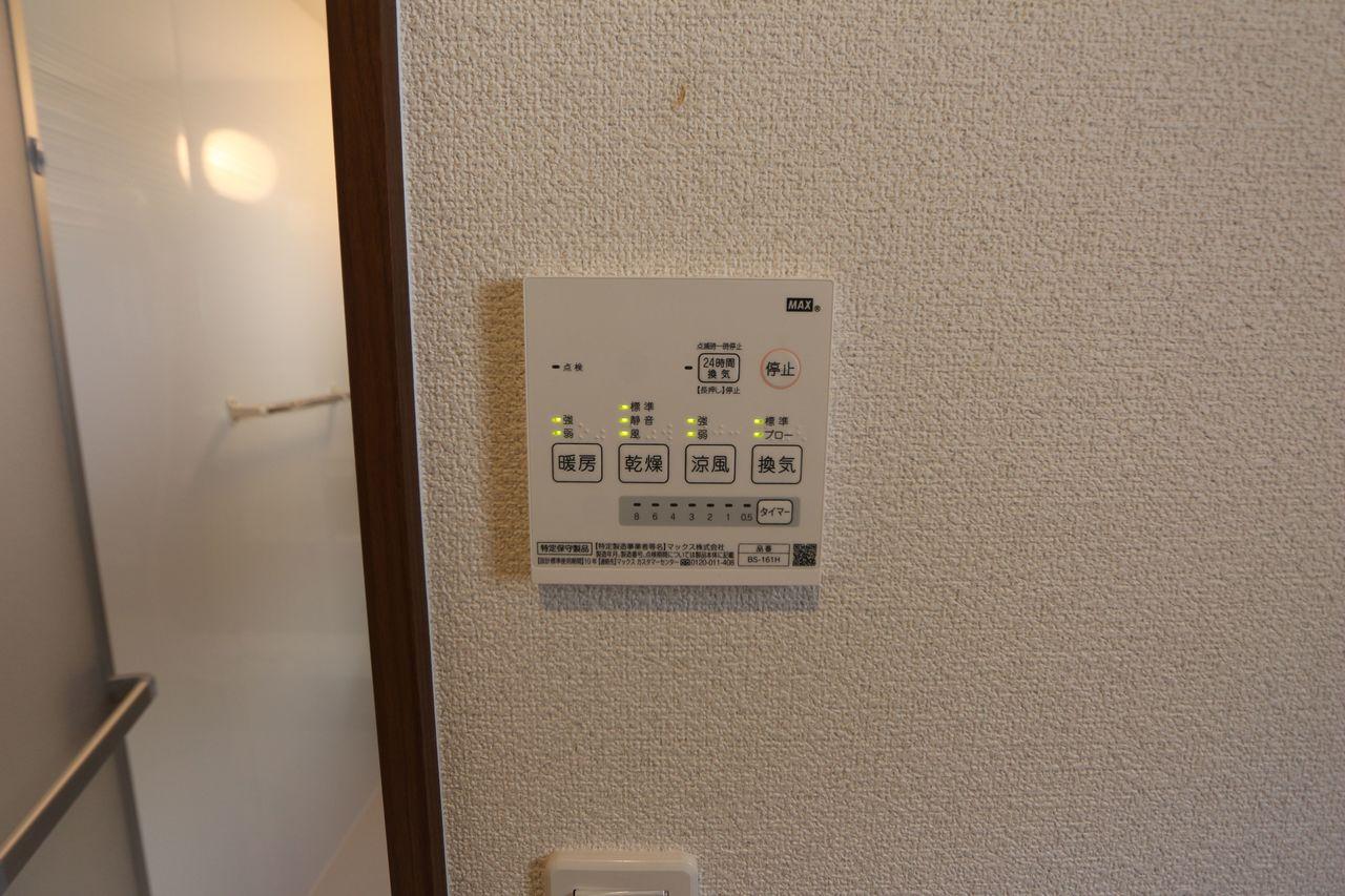 雨の日のお洗濯に役立つ浴室乾燥機。 浴室のカビ予防にも活躍します。 (同仕様)