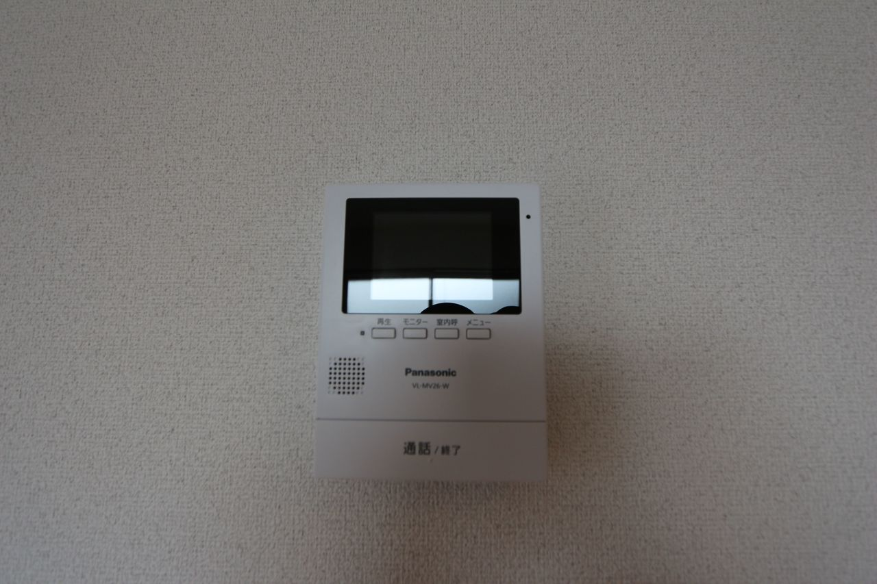 モニター付きインターホンを設置。 来訪者の顔を見ながら対応できるので、お子様の留守番時でも安心です (同仕様)