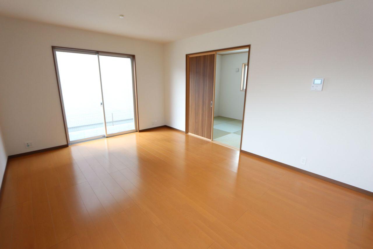 和室と合わせて20.5帖の大きな空間!! お子様ものびのび遊んで頂ける広さです。 (同仕様)