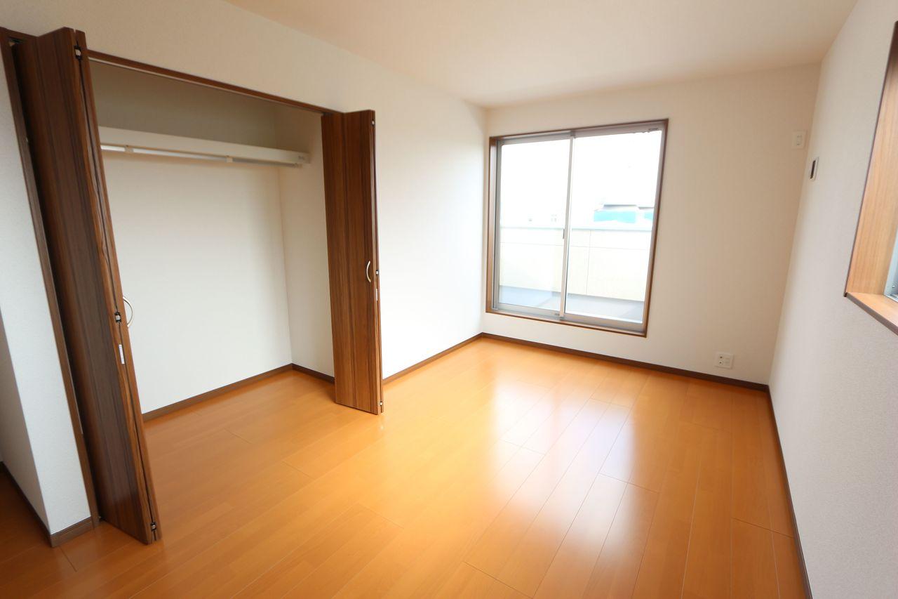 2階洋室には全てクローゼットを設置しております。 沢山の衣類や小物もすっきり収納可能です。 (同仕様)