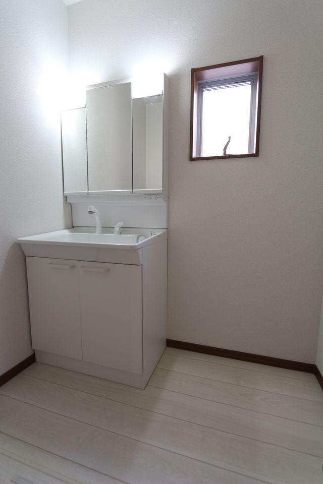 大型の洗濯機も無理なく設置できる広さを確保。 洗面台は便利なシャワー付きです。 (同仕様)