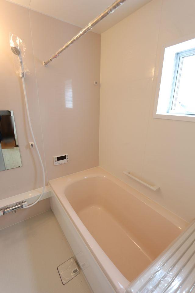 1坪サイズのゆったりした浴室で足を伸ばしておくつろぎ下さい♪ 浴室乾燥機付きで雨の日のお洗濯も安心です。 キッチンから、お湯はりや追い焚きの操作ができる 便利なオートバスです(同仕様)