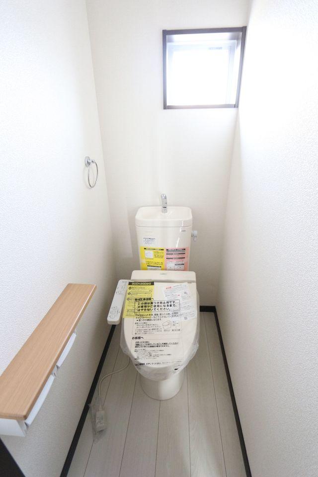 2か所のトイレは朝の混雑緩和に活躍します。 1・2階共にウォシュレット完備。 (同仕様)