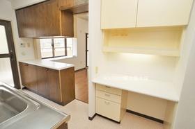 キッチンには収納スペースたっぷり♪ カウンター付きで便利です♪