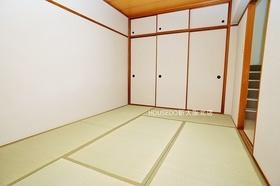 6帖の和室部分。 たっぷり収納できる押入れも完備! 寝室や仏間、客間など…1部屋あるだけで多用途に使えます。