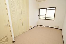5.6帖の洋室部分。 各室収納がありいつもお部屋をスッキリ保てますね♪