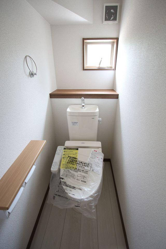 2階廊下にも収納を設置しました。 少しのスペースでも無駄にせず有効活用!! (同仕様)