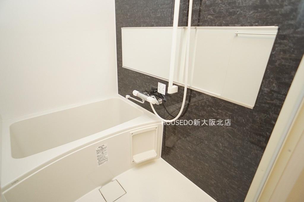 横に広い大きな鏡で高級感漂う空間。ゆったりくつろげる広めの浴槽で毎日の疲れも癒されそうですね。  月々3万円台からのお支払いも可能! 現在の家賃と比べてみて下さい♪