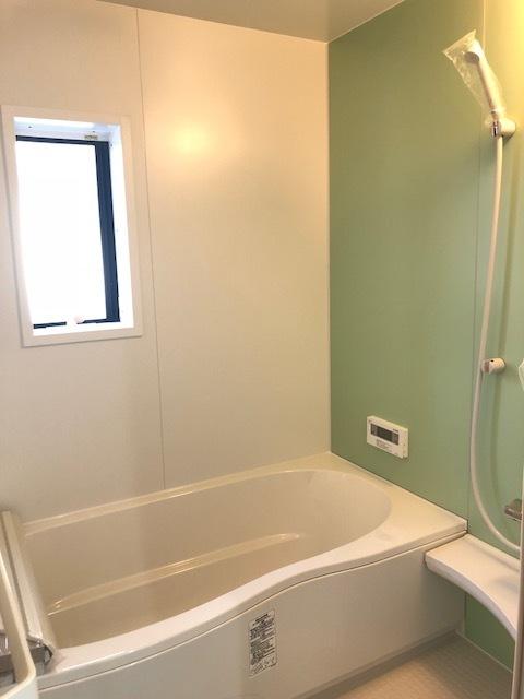お子様と一緒にバスタイムを楽しめる、広々浴室!!