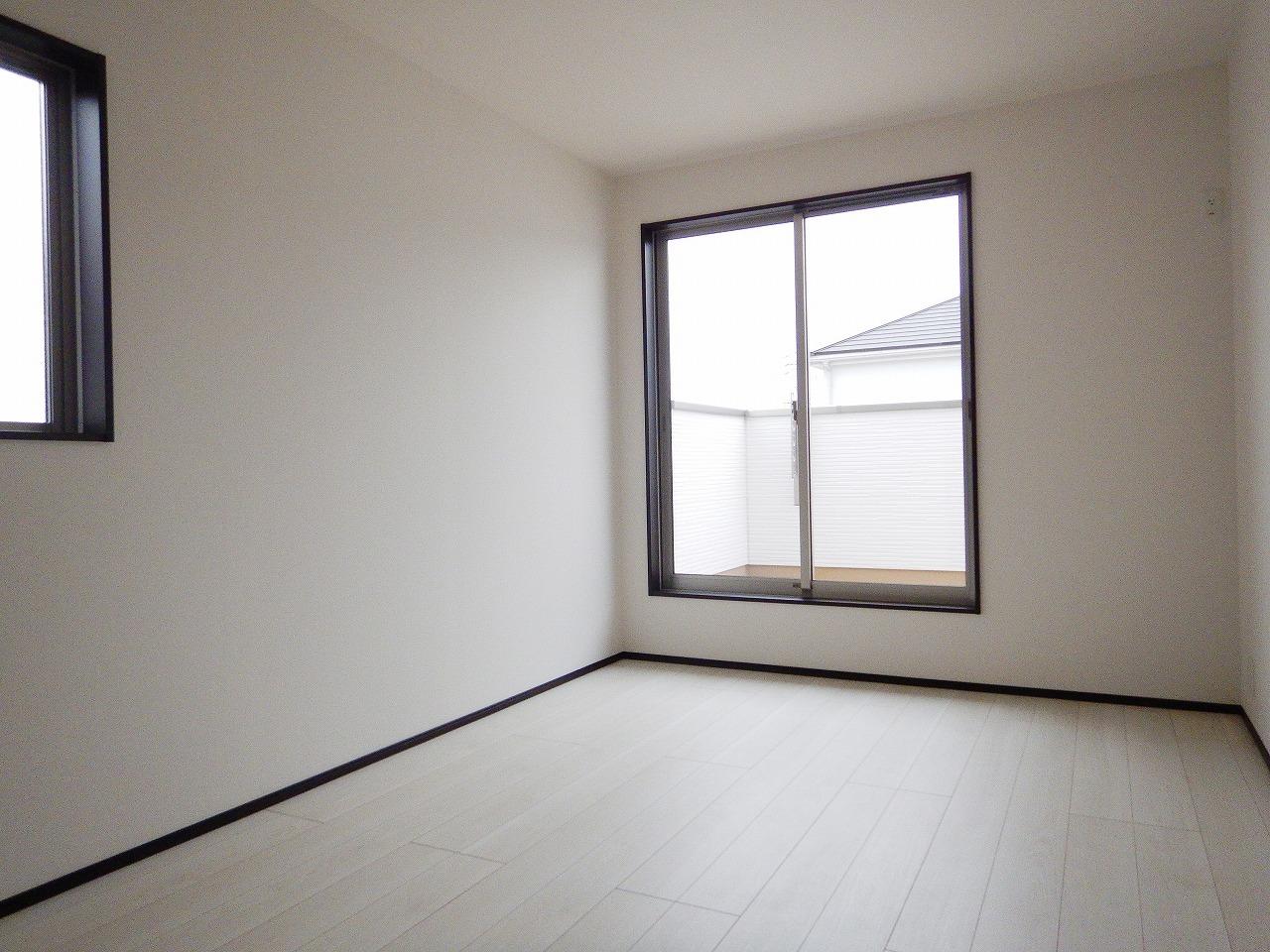 南側に面した明るい洋室!施工事例。実際のものと異なります。