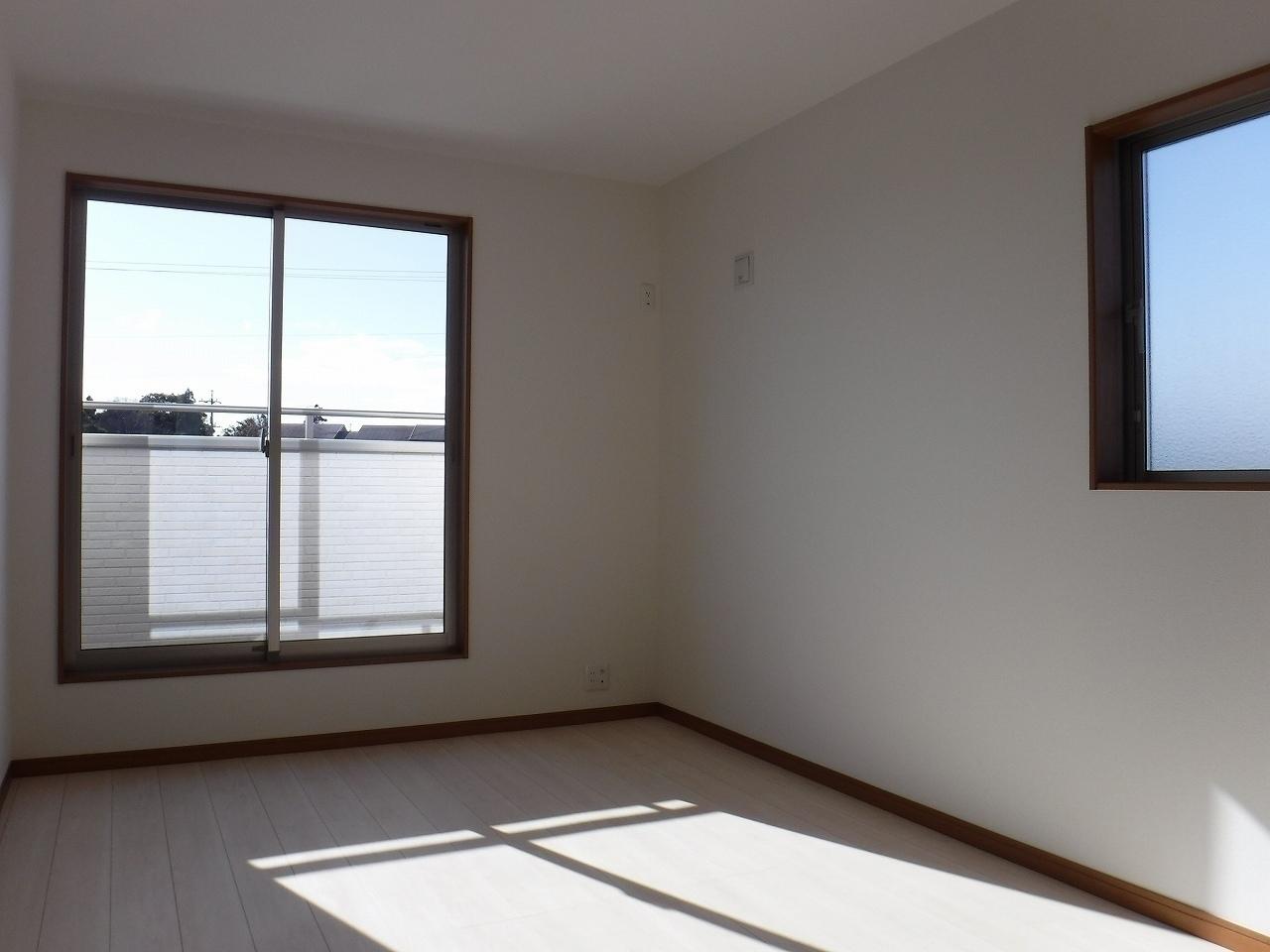 バルコニーに面した明るい洋室!施工事例。実際のものと異なります。