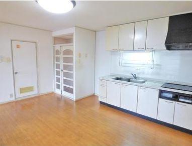 白を基調とした明るいシステムキッチンがついています。南向きなので明るいキッチン、リビングですね。