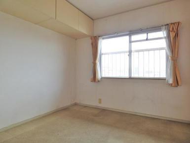 4.5畳の洋室には天袋という収納がついています。 普段使わないものなど収められますね。