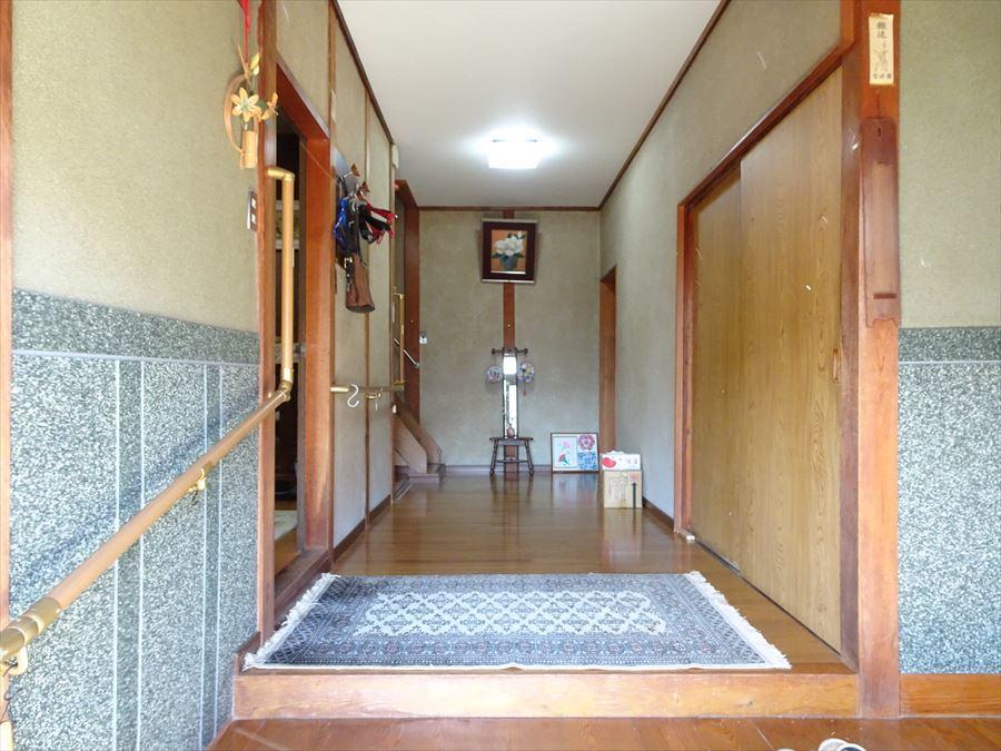 手すりが設置された、広い玄関です。右側には靴箱があります。 (2018年3月12日撮影)