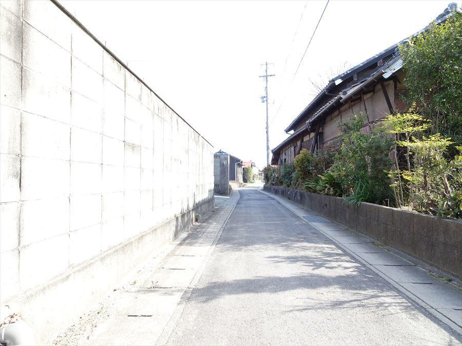 前面道路幅員約2.2~2.4mですが、間口が広いので駐車可能です。