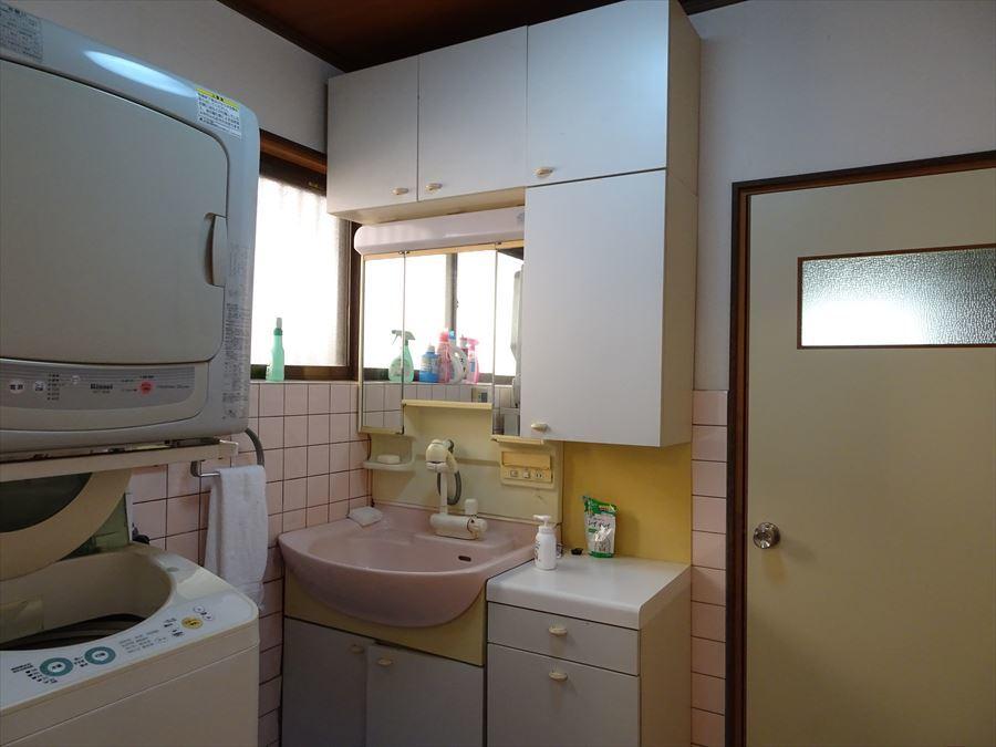 浴室隣の洗面室は、洗濯機も楽々設置可能です。 (2018年3月12日撮影)