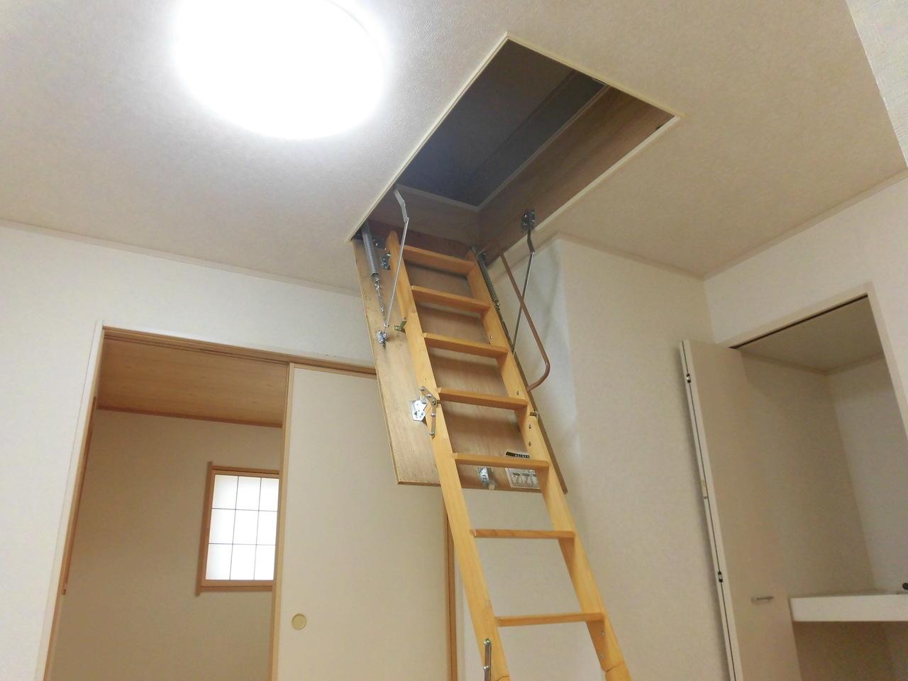 リビングには小屋裏収納があります。階段で上にあがれます。