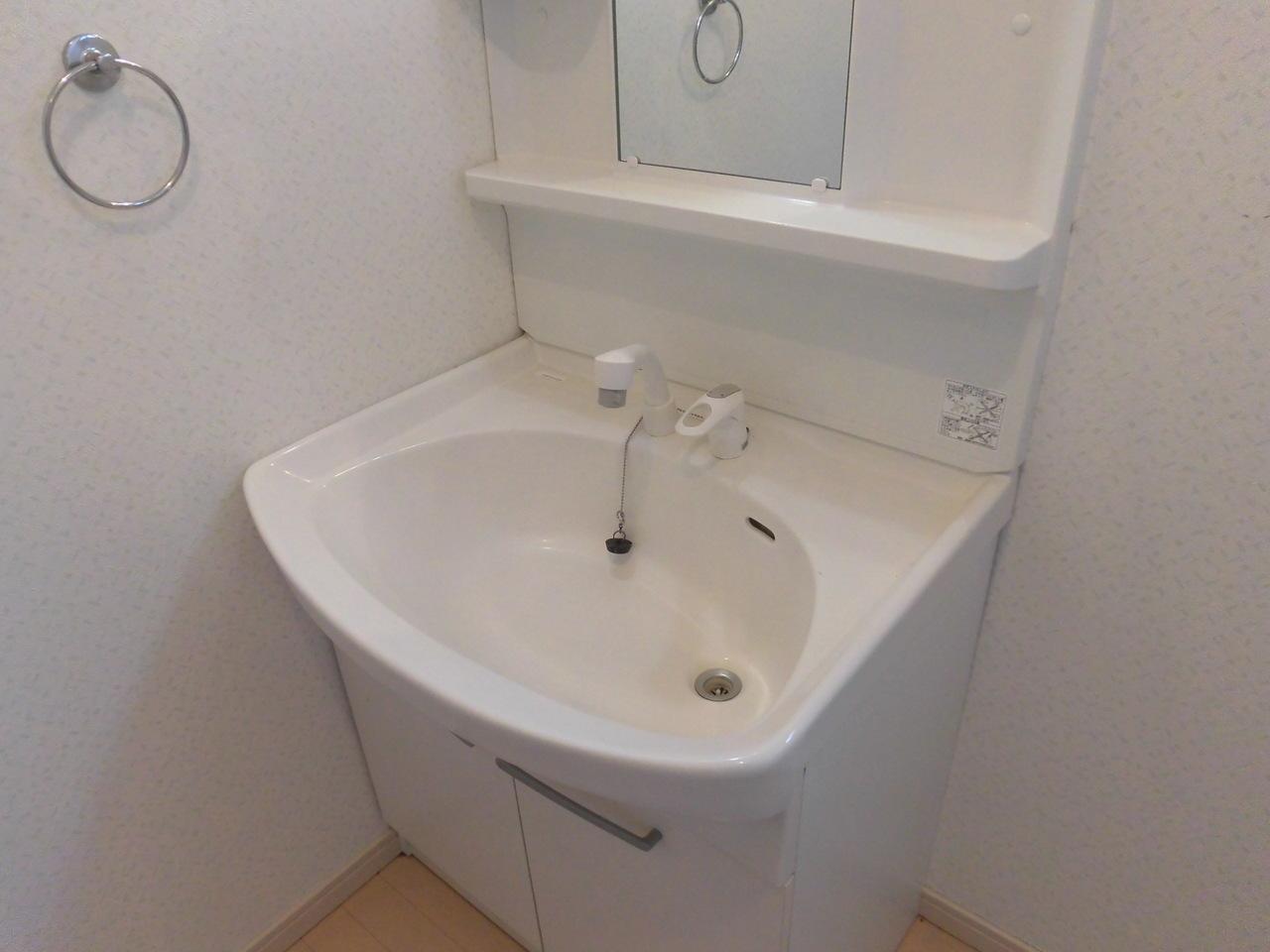 洗面化粧台です。白を基調とし清潔感があります。