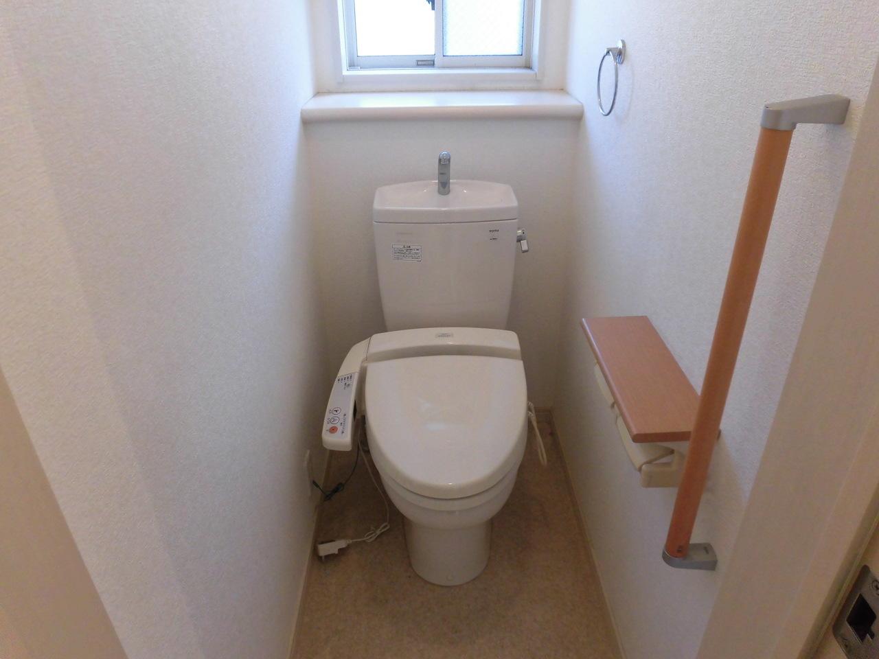 手摺りのあるトイレです。窓もあり採光がとれています。