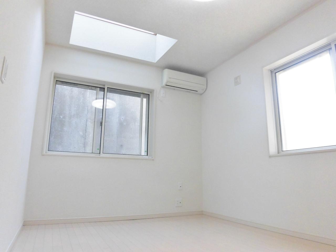 1階洋室にはトップライトがあります。採光をしっかり確保できますね。