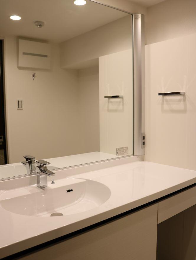 化粧スペースもある幅の広い洗面台です。