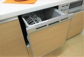 食洗機完備なので 食事の後片付けも楽々♪  乾燥機もあるので 食器の衛生面でも安心です