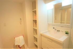 洗面所横にも収納があり タオルの収納にも 便利ですよね