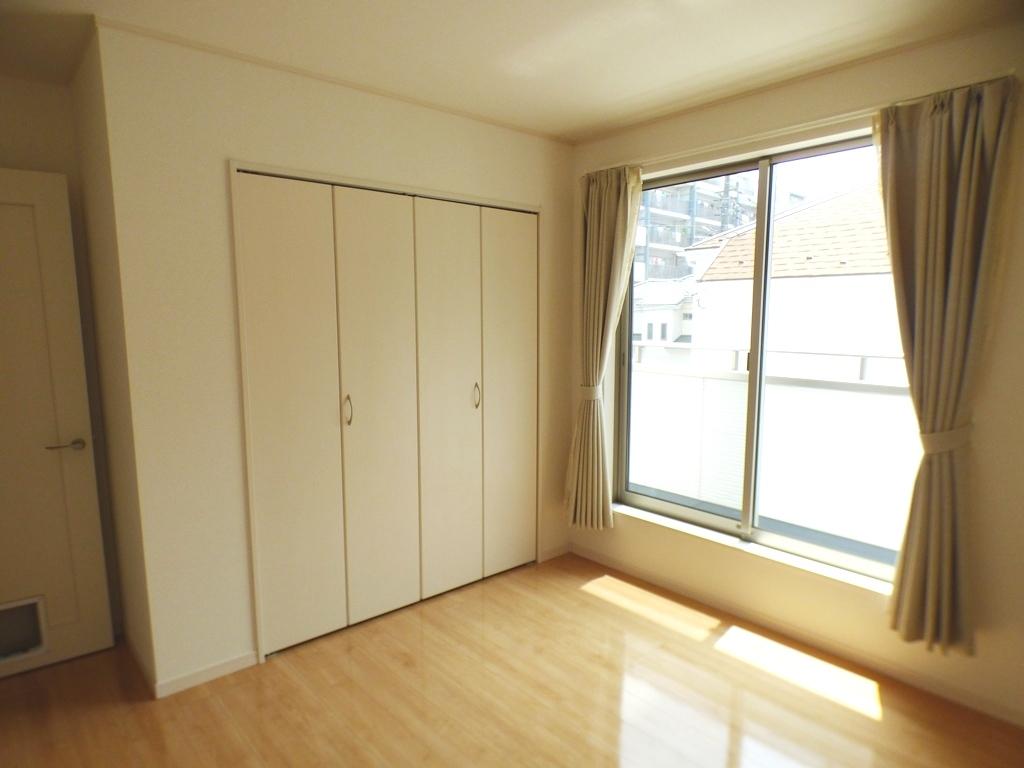 ◎洋室(3/24撮影) 主寝室は8.5帖とゆったり広々!窓も多く、明るい陽射しの差し込むお部屋に。