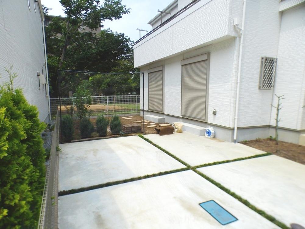 ◎庭(3/24撮影) 南庭もきれいに手入れされています。 お庭スペースがあるので、お隣との間隔もゆったりとしています。
