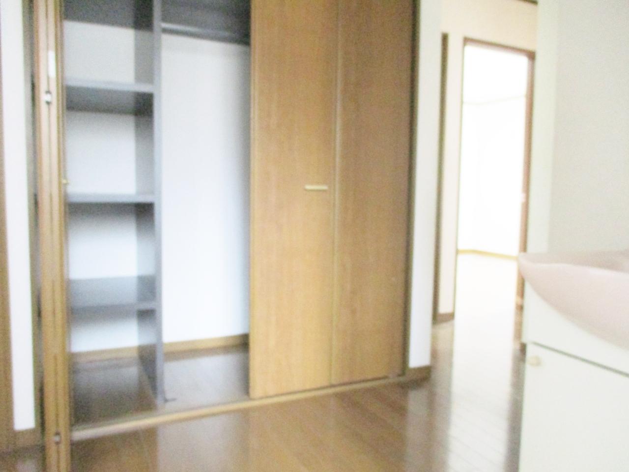 季節物等の収納に便利な廊下にある収納